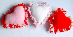 http://sweetandsimpleliving.com/diy-felt-heart-craft-idea-sewing-required/?utm_source=dlvr.it&utm_medium=facebook#_a5y_p=1196451